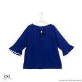 【INI】亮眼魅力、感紋路面料荷葉袖口上衣.深藍色