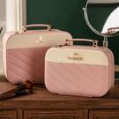 化妝包 化妝包女便攜大容量風收納包新款超火小號手提化妝箱 快速出貨