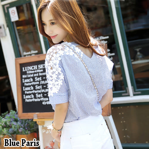 藍色巴黎 ★ 小V領肩接布蕾絲條紋上衣 T恤 【28187】
