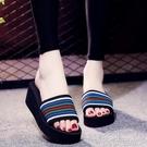新款潮一字涼拖鞋女夏泡沫鬆糕厚底增高跟居家用室內坡跟輕便「時尚彩紅屋」