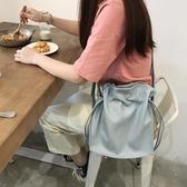 春夏新款韓國簡約純色pu女包百搭抽繩側背水桶包休閒氣質斜背大包 歐亞時尚