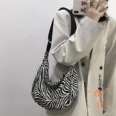 斜挎包女百搭大容量帆布斑馬紋餃子包水桶包【橘社小鎮】
