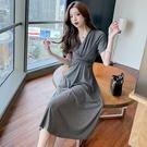 VK精品服飾 韓系修身裹胸收腰V領氣質優雅長版短袖洋裝