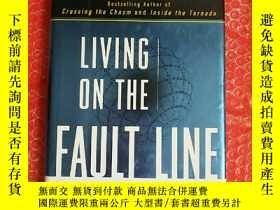 二手書博民逛書店living罕見on the fault line: 生活在斷層