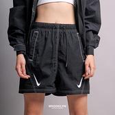 NIKE 短褲 SPORTSWEAR SWOOSH 黑色 雙勾 白縫線 女 (布魯克林) DD5593-010