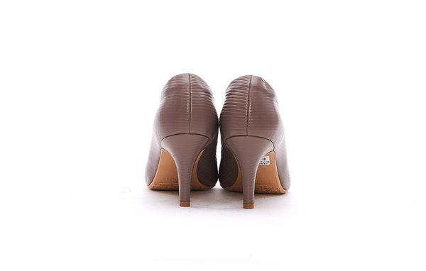 MICHELLE PARK 優雅素面壓紋魅力尖頭真皮高跟鞋-素雅芋