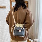 水桶包 可愛帆布水桶包包女2021新款小清新單肩包ins百搭學生格子斜挎包 魔法鞋櫃