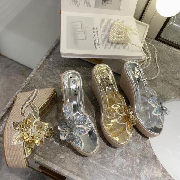 楔型鞋 沙灘鞋 歐美夏季透明一字坡跟高跟亮片花朵涼拖鞋女