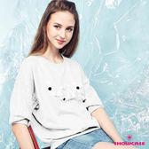 【SHOWCASE】休閒圓領手縫珠鑽英字蕾絲拼接袖T恤(白)