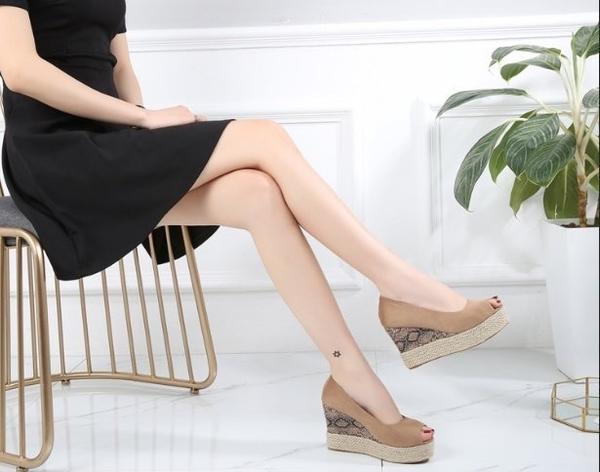 大尺碼女鞋小尺碼女鞋素面百搭舒適魚口動物紋厚底楔型鞋涼鞋女鞋兩色杏色(30-43)現貨#七日旅行