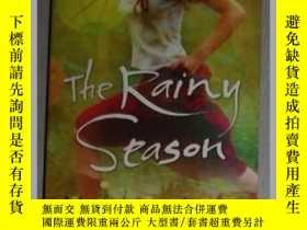二手書博民逛書店英文原版罕見The Rainy Season by Myfanw