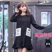 洋裝--俏皮撞色滾條圓領雙側卡通印圖配色大口袋波浪下襬洋裝(黑2L-3L)-A270眼圈熊中大尺碼