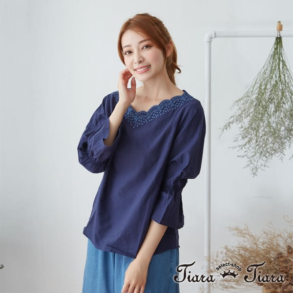【Tiara Tiara】激安 波浪刺繡V領鬆緊袖上衣(白/藍/紅)