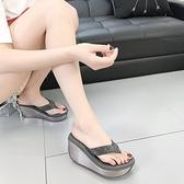 涼拖鞋女夏外穿時尚厚底人字拖度假水鉆高跟夾腳海邊防滑沙灘鞋潮 依凡卡時尚