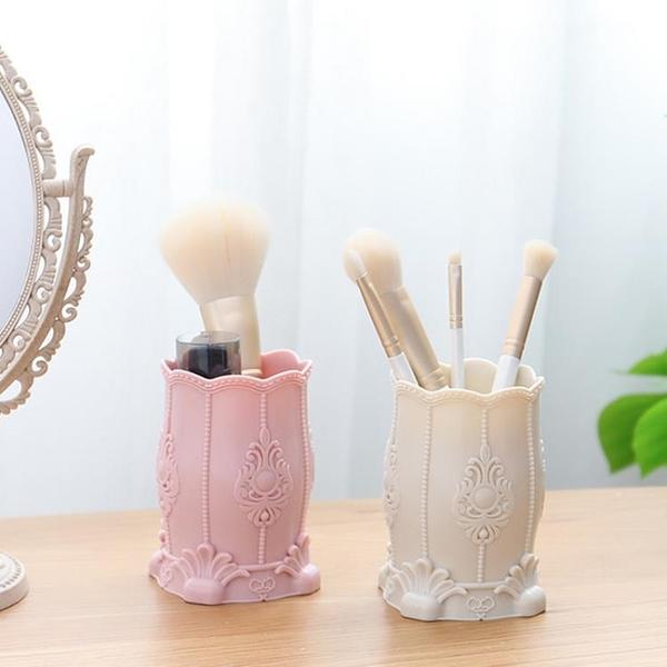 化妝刷收納筒桌面化妝品收納盒筆筒家用塑料浮雕刷筒【聚寶屋】