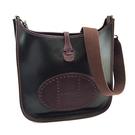 【奢華時尚】HERMES 巧克力色橡膠面酒紅色皮革Evelyne PM小款H洞洞斜背包(八八成新)#25104