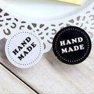 【發現。好貨】「優惠買一送一」韓國純手工製作字樣 HAND MADE 黑白圓形簡約貼紙 封口貼
