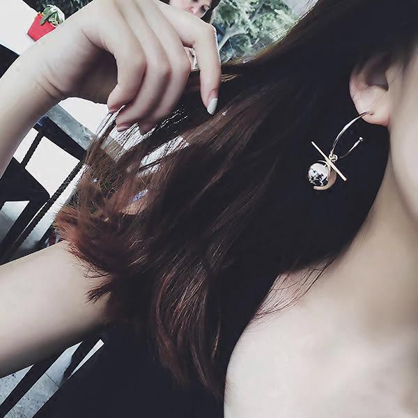 耳環 歐美時尚摩登簡約大金屬球大圈不對稱垂墜式耳環 【1DDE0175】