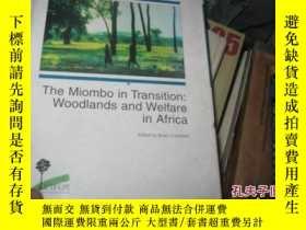 二手書博民逛書店THE罕見MIOMBO IN TRANSITION WOODLA