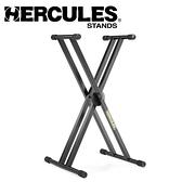 【小叮噹的店】 Hercules 海克力斯 KS120B 雙X型 電子琴架  鍵盤架