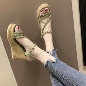 楔型涼鞋 夏季新款時尚鉚釘一字帶厚底松糕涼鞋女仙女風坡跟高跟羅馬鞋 限時優惠 快速出貨