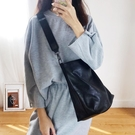 暗黑風新款韓版百搭水桶包寬帶斜背包大容量簡約學生單肩包女