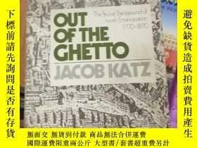 二手書博民逛書店OUT罕見OF THE GHETTO THE SOCIAL BACKGROUND OF JEWISH EMANCI