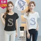 【五折價$299】糖罐子造型S立體刺繡側抓摺連袖上衣→預購【E58639】