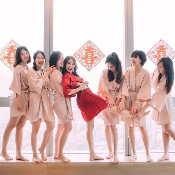 睡袍 晨袍女新娘伴娘團結婚婚禮化妝刺繡睡袍冰絲閨蜜絲綢浴袍派對睡衣