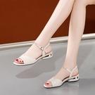 魚口鞋 大東她2021年夏季新款魚嘴粗跟涼鞋女平底休閒一字扣水鉆平跟鞋子 韓國時尚週 免運