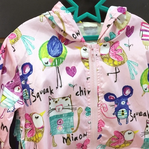 ☆棒棒糖童裝☆(37058)夏女童超值的塗鴨款連帽風衣外套 5-15