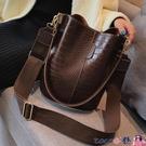 熱賣側背包 復古水桶包包女2021春季新款韓版潮港風寬帶大包包時尚側背包【618 狂歡】