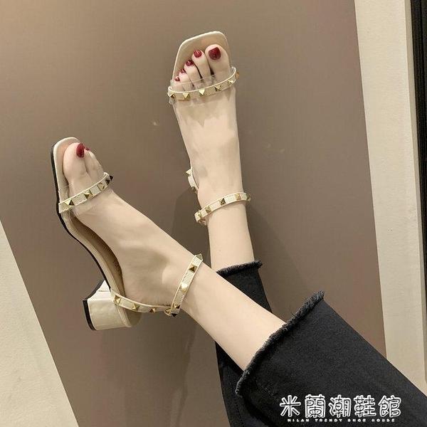 涼鞋女夏季新款仙女風一字扣帶鉚釘百搭粗跟中跟露趾高跟鞋子 快速出貨