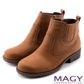 MAGY 中性俏皮 磨面感牛皮雕花踝靴-棕色