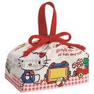 〔小禮堂〕Hello Kitty 便當型束口提袋《紅白格.經典藍吊帶褲.小熊.玩具》便當袋 4973307-40160