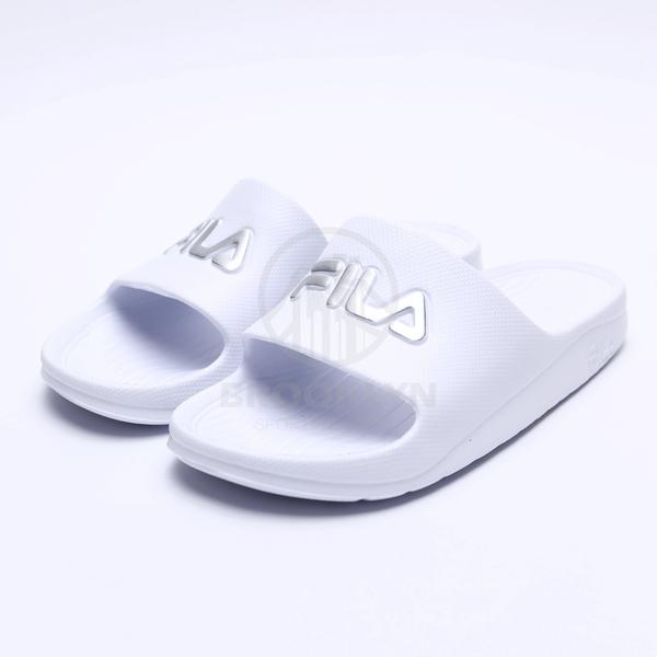 FILA (偏小建議大一號) 白銀 英文LOGO 基本款 防水 拖鞋 男女 (布魯克林) 4S355T118