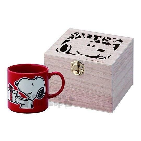 〔小禮堂〕史努比 陶瓷馬克杯附木盒《紅.拿禮物.側臉》日本精緻陶瓷YAMAKA 4979855-20647