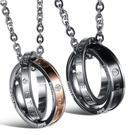 《 QBOX 》FASHION 飾品【C20N832】精緻個性情侶英文字母雙環扣鑲鑽鈦鋼墬子項鍊(男/女款)