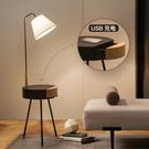 北歐臥室床頭櫃燈一體落地燈客廳茶幾帶置物架的簡約現代立式台燈 夢幻小鎮