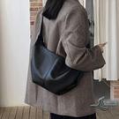 時尚百搭斜背包大容量餃子包軟皮托特包側背包【邻家小鎮】