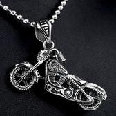 《QBOX 》FASHION 飾品【C10BP8-130】精緻個性摩托車骷髏頭鑄造鈦鋼墬子項鍊(推薦)