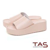 TAS 一字寬版漆皮楔型涼拖鞋-輕感膚