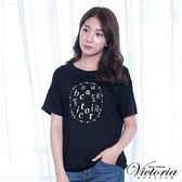 Victoria 文字飾釘異材質拼接短袖T-女-黑/藍底白條