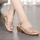 楔形鞋 意爾康媽媽涼鞋女坡跟真皮舒適平底中跟粗跟夏季中年婦女涼鞋大碼 韓國時尚 618