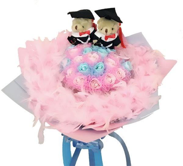 娃娃屋樂園~我永遠愛你-21朵玫瑰香皂花+2隻畢業熊(羽毛)花束 每束999元/婚禮小物/畢業花束