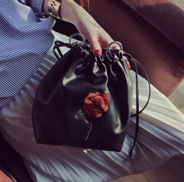 預購-玫瑰復古刺繡水洗皮革束口後背包