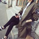 韓版風衣--美式徽章刺繡貼布立領後開岔雙口袋飛行員長版外套(黑.綠XL-5L)-J309眼圈熊中大尺碼★