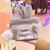 化妝包 自製日系甜美可愛兔耳朵綁帶收納包軟妹毛球女生旅行洗漱包「七色堇」