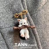 可愛日式抱樹枝的貓咪立體胸針3D立體徽章胸章衣服防走光扣針配飾【小酒窝服饰】