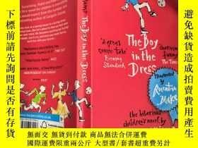 二手書博民逛書店The罕見Boy in the Dress 穿裙子的男孩 ,,Y200392